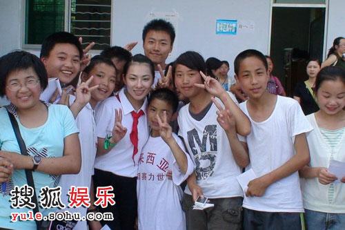 刘璇和灾区孩子合影