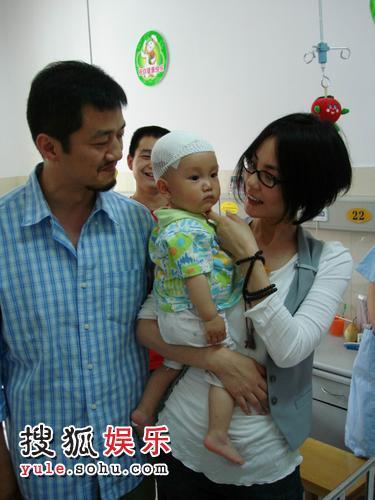 王菲抱着灾区婴儿