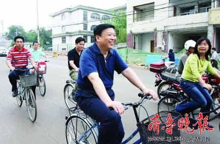 省长姜大明在骑自行车上班的途中。 本报记者张中摄