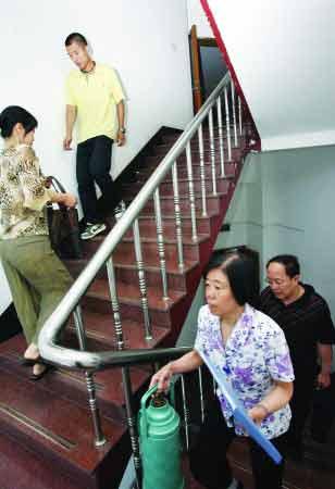 省政府9层综合楼电梯停运,工作人员全部走楼梯。记者张中摄