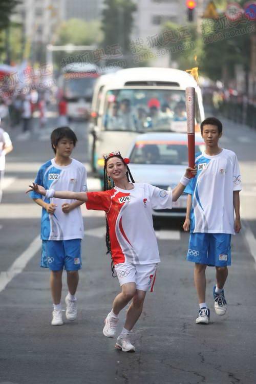 """组图:新疆美女演员热娜曼妙舞姿传递""""祥云"""""""