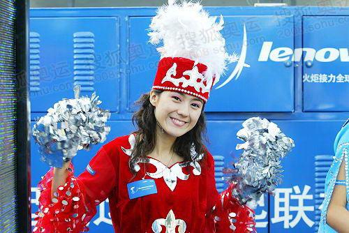 新疆乌鲁木齐火炬传递,维族花车宝贝身着民族服装激情四射。