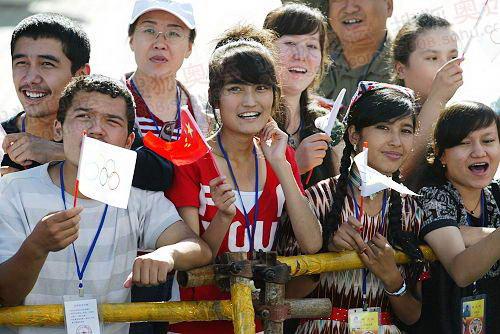 组图:新疆乌鲁木齐火炬传递 现场市民热情似火