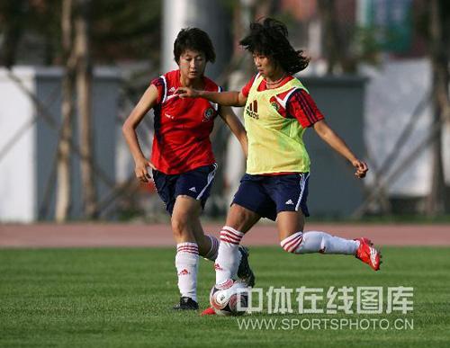 图文:女足沈阳备战 韩端和王坤对抗