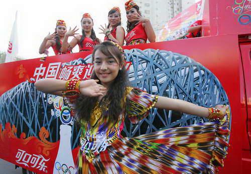 可口可乐花车宝贝就由多民族构成,尽显新疆维吾尔自治区民族区域自治特色