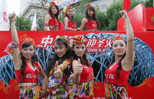 青春自信的可口可乐花车宝贝是奥运火炬在新疆传递中一道亮丽的风景线