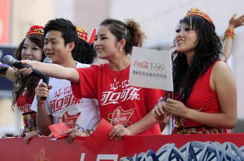 维吾尔族花车女主持人用维、汉双语向道路两边的观众问好