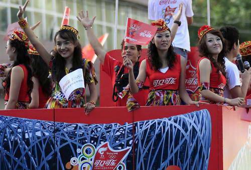 在乌鲁木齐奥运火炬传递中,尽显民族风貌的可口可乐花车啦啦队