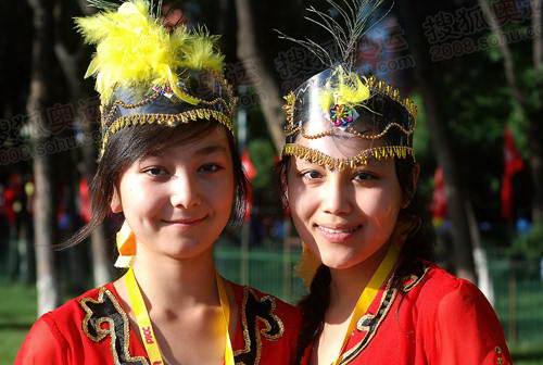 维吾尔族学生准备表演