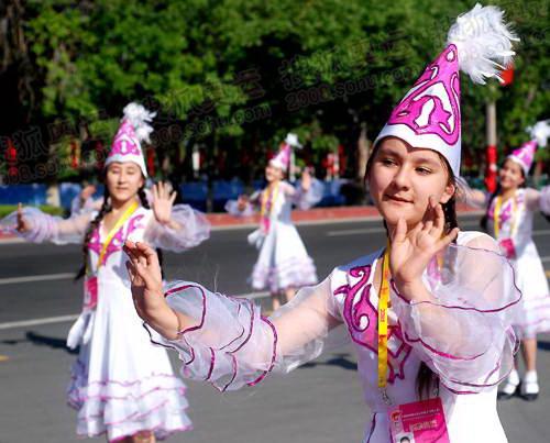 维吾尔族姑娘跳起舞蹈