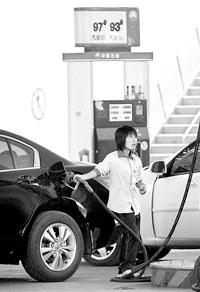 低油价招致很多境外运输工具来内地油站加油。安心/摄