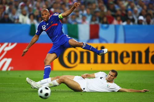 图文:意大利VS法国 亨利险些破门