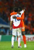图文:荷兰2-0罗马尼亚 荷兰球员安慰穆图