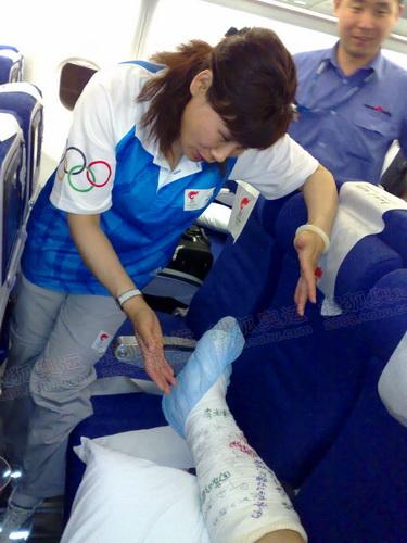 负责政治思想工作的奥组委顾问叶乔波视察张亮伤情