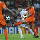 图文:[欧洲杯]荷兰VS罗马尼亚 穆图积极拼抢