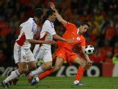 图文:[欧洲杯]荷兰VS罗马尼亚 范佩西在进攻中