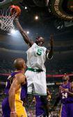 图文:[NBA]湖人VS凯尔特人 加内特欲灌篮