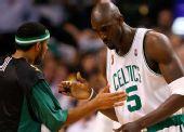 图文:[NBA]湖人VS凯尔特人 加内特与队友击掌