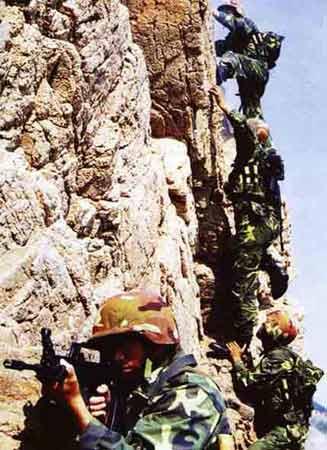 解放军在进行山地战训练 [资料图片]