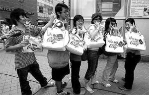 """这款环保袋由""""伦敦袋后""""Anya为一环保组织设计,在它出售当天,时尚达人一早起来排队,排了几条街,在90分钟内抢购一空。"""