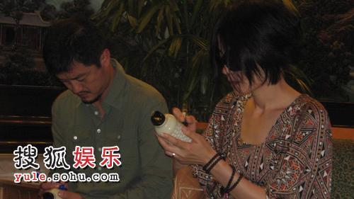 李亚鹏王菲夫妇亲切签名