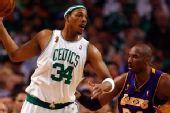 图文:[NBA]湖人VS凯尔特人 皮尔斯欲传球