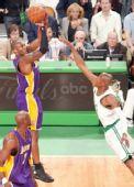 图文:[NBA]湖人VS凯尔特人 科比远投