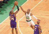 图文:[NBA]湖人VS凯尔特人 科比三分出手