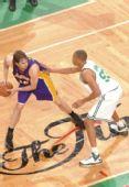图文:[NBA]湖人VS凯尔特人 加索尔持球观望