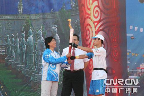 奥组委领导接过火炬(中广网记者 冯玉婷)