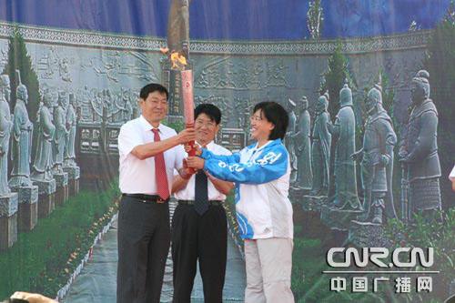 奥组委将火炬交给喀什人民(中广网记者 冯玉婷)