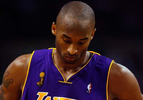 图文:[NBA]凯尔特人胜湖人 科比低头无语