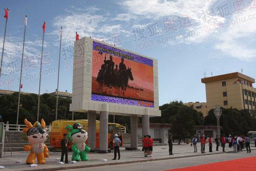 喀什人民广场上的大屏幕电视,正在播放着喀什的宣传片