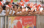 图文:圣火在喀什传递 民众挥舞旗帜欢迎圣火
