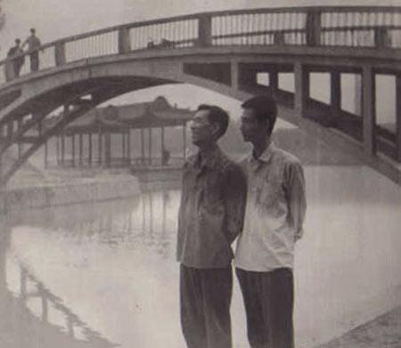 1978年唐达成(左)返京前与作者在太原合景