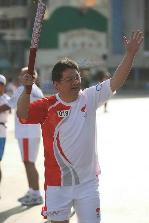 央视著名主持人张斌传递祥云火炬 奥运官网记者 崔萌摄