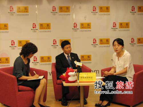 从左到右依次是:翻译郭春玲、柏木隆久先生和主持人
