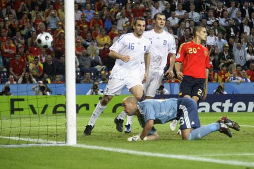 图文:[欧洲杯]西班牙2-1希腊 西班牙球门被破