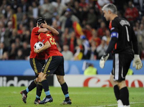 图文:[欧洲杯]西班牙2-1希腊 进球后拥抱