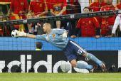 图文:[欧洲杯]西班牙2-1希腊 雷纳无可奈何