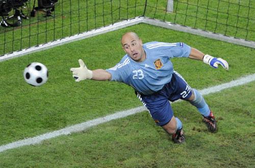 图文:[欧洲杯]西班牙2-1希腊 雷纳望球兴叹