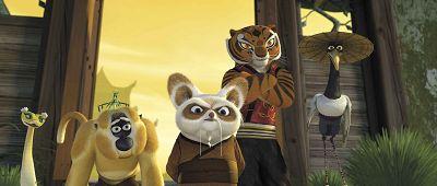 """派拉蒙公司找来真人穿上""""熊猫阿宝""""的行头,在影城进行活动广告宣传.图片"""