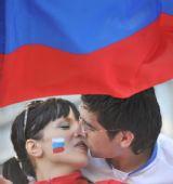 图文:[欧洲杯]俄罗斯VS瑞典 球迷相互亲吻