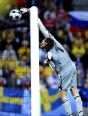图文:[欧洲杯]俄罗斯VS瑞典 伊萨克松将球击出