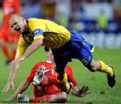 图文:[欧洲杯]俄罗斯VS瑞典 永贝里被对手绊倒