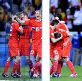 图文:[欧洲杯]俄罗斯VS瑞典 队员庆祝进球