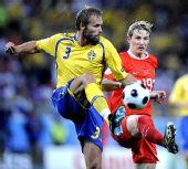 图文:[欧洲杯]俄罗斯VS瑞典 梅尔贝里拼抢