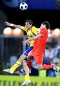 图文:[欧洲杯]俄罗斯-瑞典 比尔亚莱迪诺夫争顶