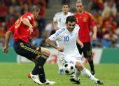 图文:[欧洲杯]西班牙VS希腊 卡拉贡尼斯带球