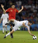 图文:[欧洲杯]西班牙VS希腊 法布雷加斯摔倒